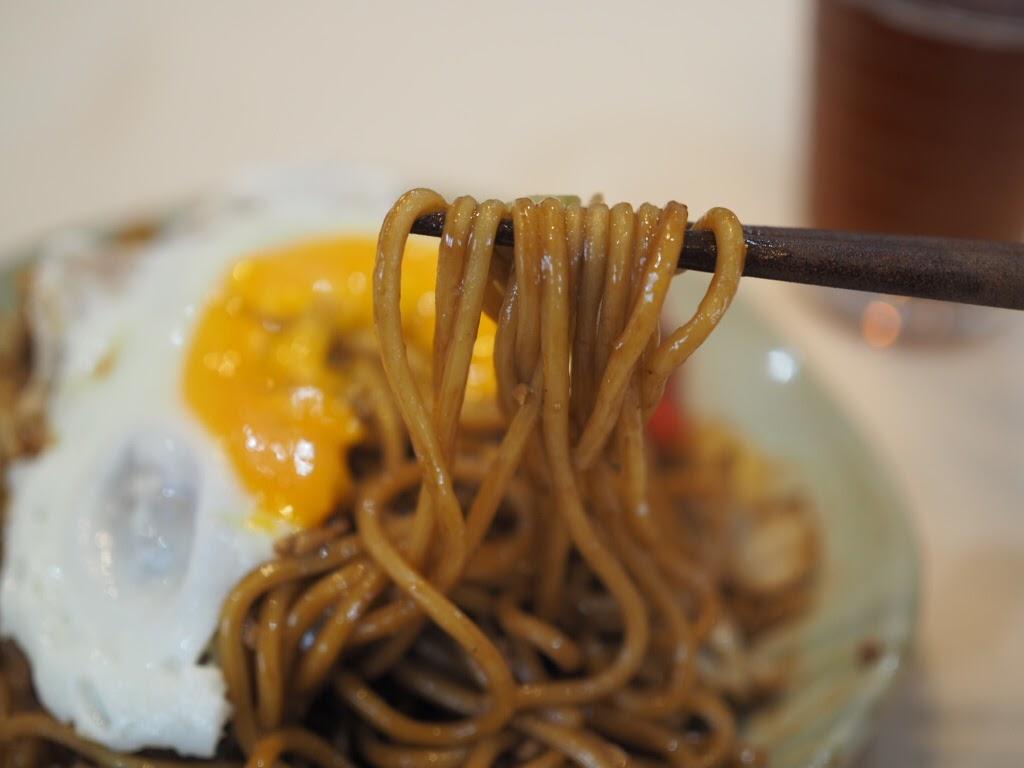 太麺に黄身を絡める