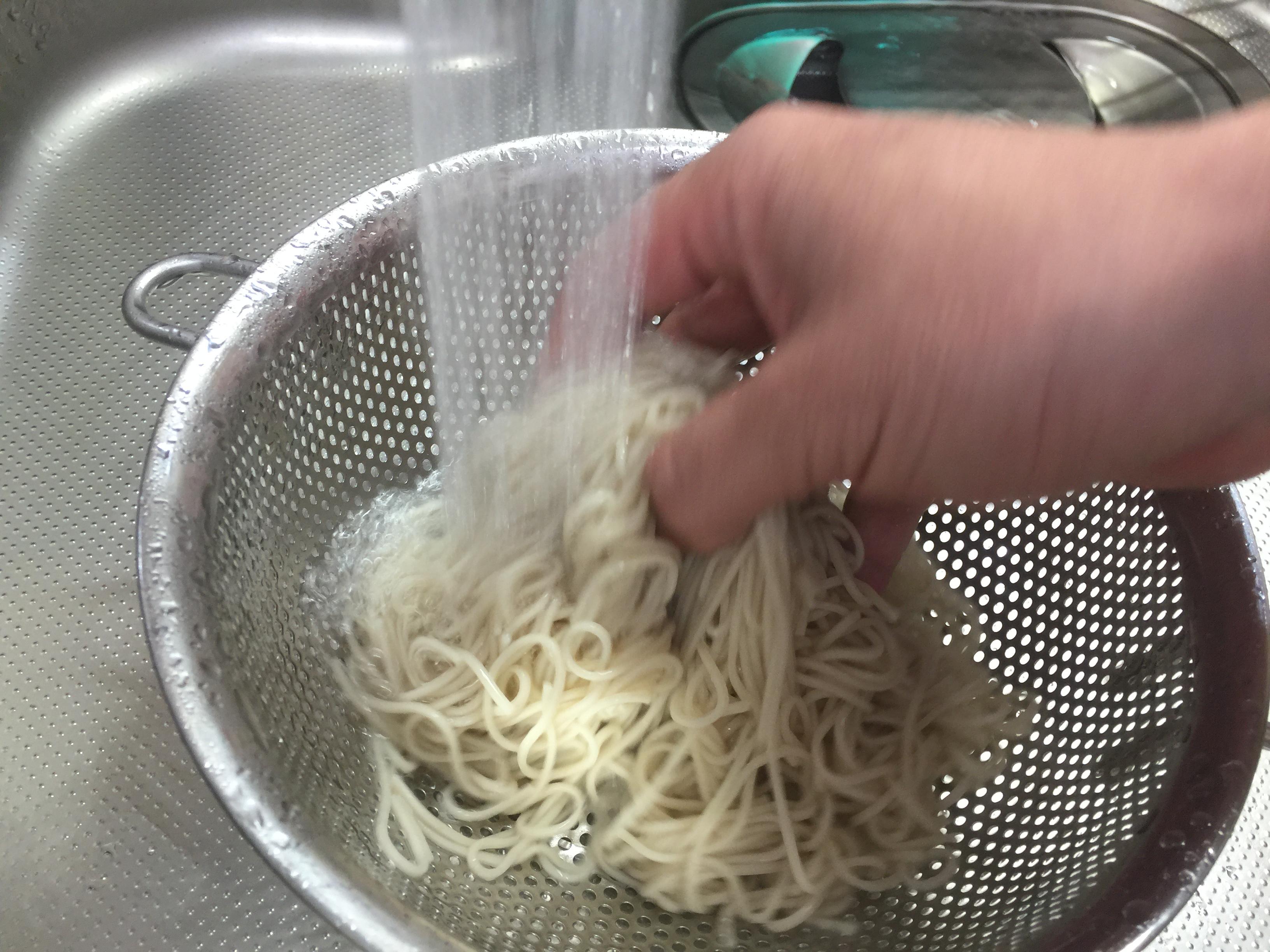 そばを洗う