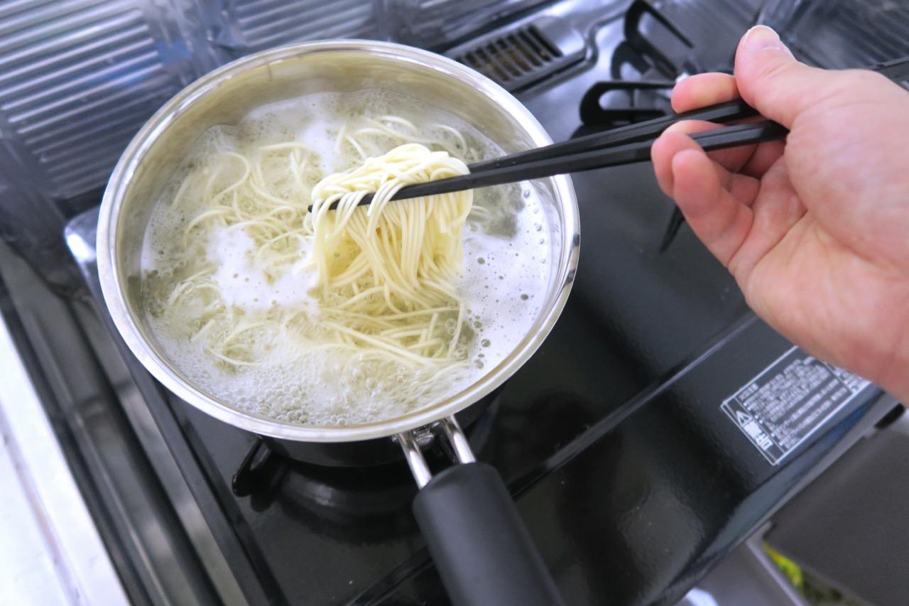 麺を茹でる|秋田比内地鶏冷やしラーメン
