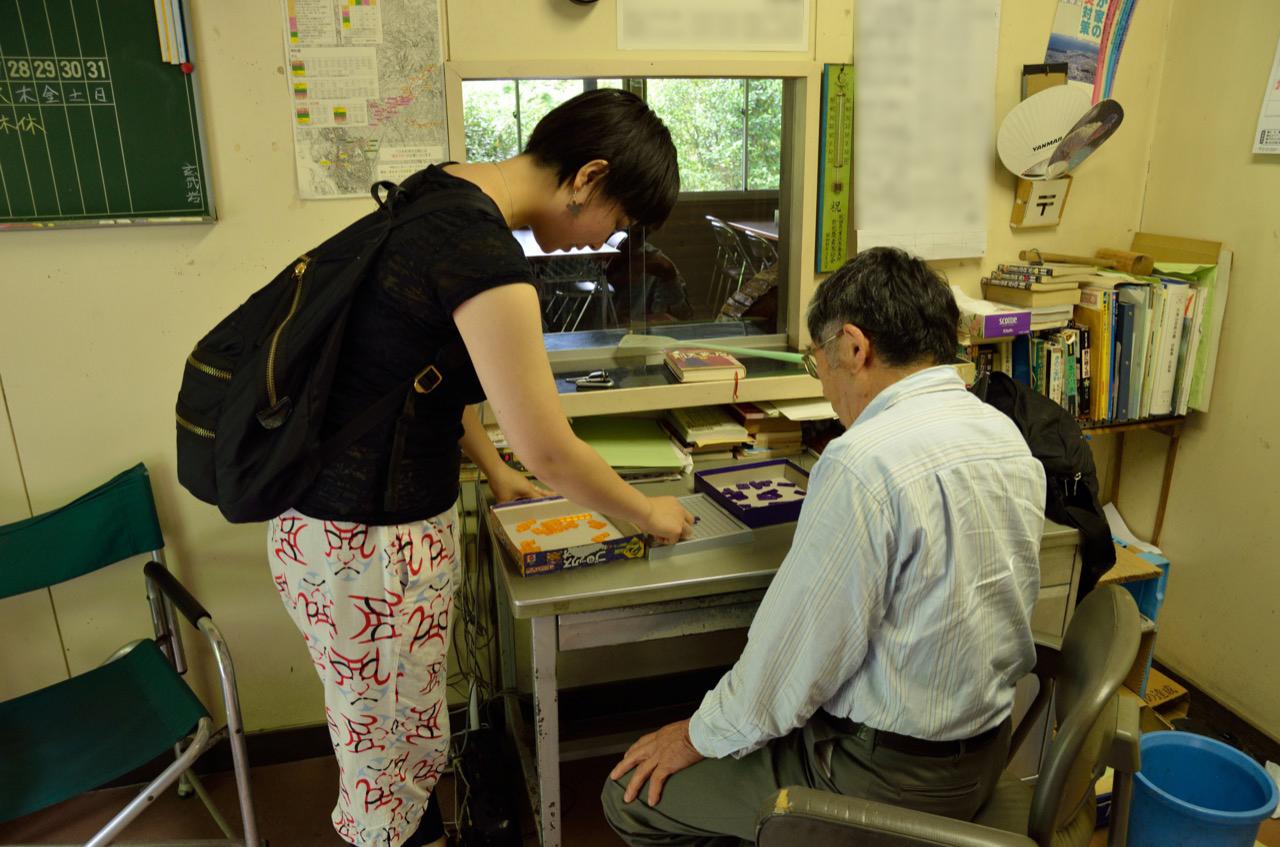 管理人さんとゲームを始める美大生|【あきた夏旅】観光名所 道川大滝(秋田市)
