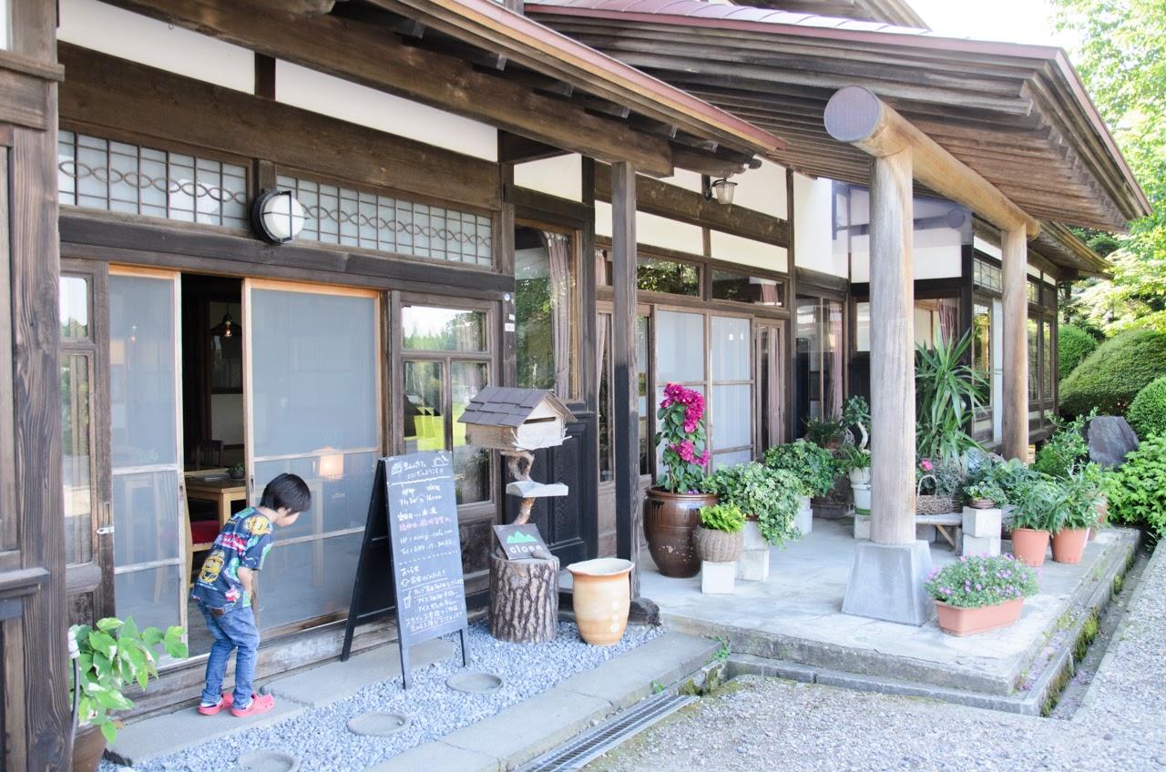 里山のカフェ ににぎ 手前がカフェ入り口、奥が農家民宿のスペース
